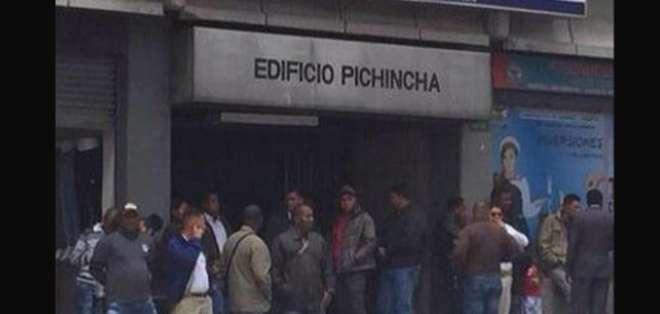Alrededor de 61 policías despedidos se dieron cita hoy en la Dirección Provincial de Pichincha. Foto: Twitter.
