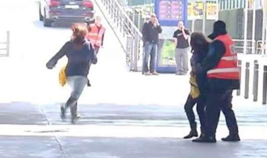 Los guardias tuvieron que detener a las chicas.