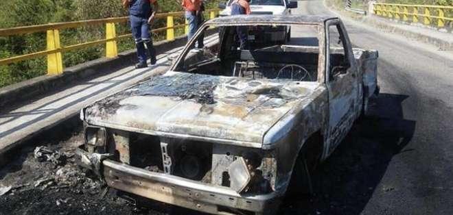 Vehículo calcinado luego del enfrentamiento entre la Fiscalía de Jalisco con integrantes de una célula delictiva.