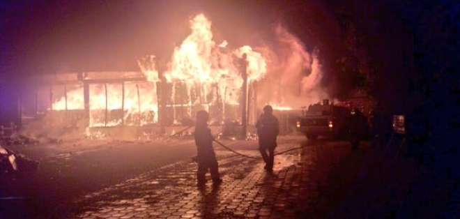 El incendio inició cerca de las 19h19 en esta industria ubicada en el sector de Pomasqui. Foto: Municipio de Quito