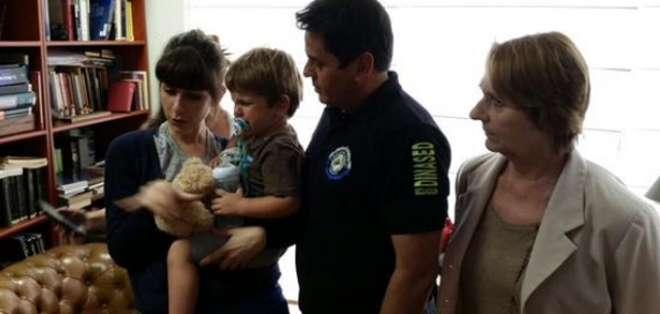 GUAYAQUIL.- El menor fue entregado a su madre por la Dinased. Fotos: Twitter Ministro del Interior @ppsesa.