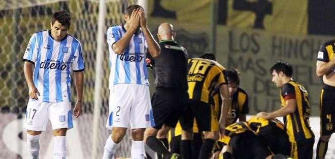 Las dos caras de la moneda, los jugadores de Racing lamentan la derrota y la alegría del equipo paraguayo (Foto: EFE)