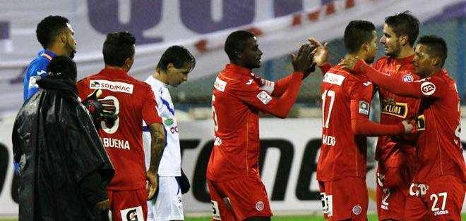 Los jugadores del Juan Áurich celebran uno de los goles del partido (Foto: EFE)