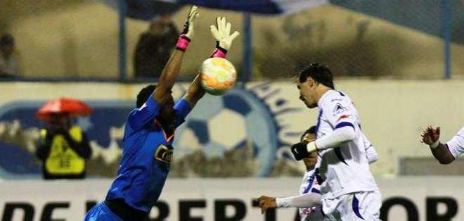 El arquero del Juan Áurich trata de detener un balón (Foto: EFE)