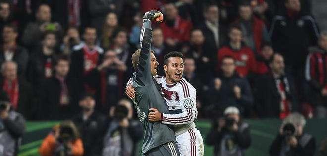 Neuer festeja con Thiago Alcántara. Foto: EFE.