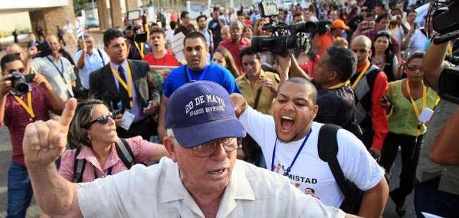 Cubanos simpatizantes del régimen de Castro protestaron en contra de disidentes. Foto: EFE