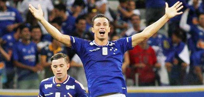 El jugador de Cruzerio de Brasil Leandro Damião (d) celebra un gol contra Mineros de Guayana de Venezuela (Foto: EFE)