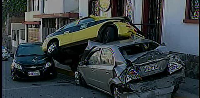 Los tres vehículos quedaron uno encima de otro luego del impacto.