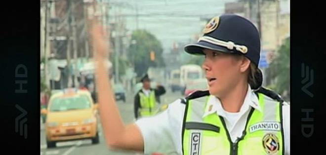 Dallyana Pasallaigue se transforma en agente de tránsito en una de las calles de Guayaquil.
