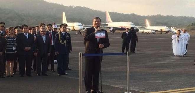 PANAMÁ.- La llegada del primer mandatario se produjo pasadas las 18h00 de este viernes. Fotos: Twitter Presidencia Ecuador