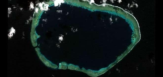 Vista completa del arrecife Mischief en las Islas Spratly.