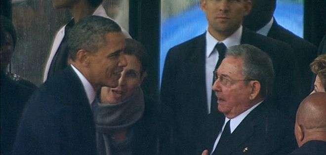 Los dos líderes se dieron la mano en el funeral de Nelson Mandela.