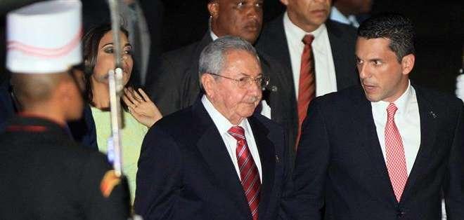 """PANAMÁ. Finalmente ante la imposibilidad de dialogar por la persistencia del """"mitin"""" de los oficialistas cubanos, muchos delegados fueron abandonando la sala. Fotos: EFE"""