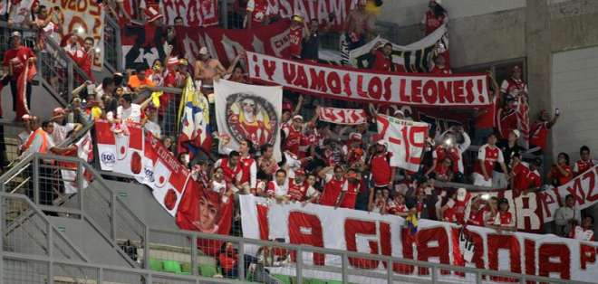 Los colombianos llegaron al estadio para apoyar a su equipo (Foto: EFE)