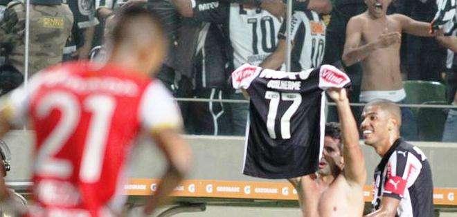Guilherme celebra demostrando su camiseta a la afición (Foto: EFE)