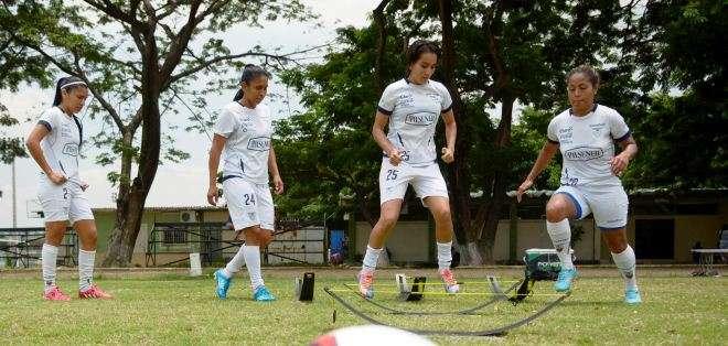 La selección ecuatoriana de fútbol femenino durante un entrenamiento (Foto: API)