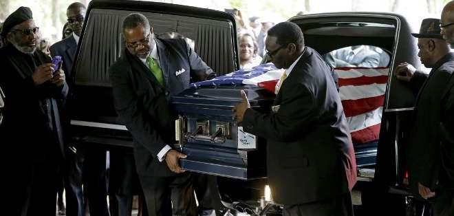 ESTADOS UNIDOS. Entre 200 y 300 personas asistían este sábado al funeral del hombre negro que fue abatido por la espalda hace una semana por un policía blanco en Carolina del Sur. Fotos: AFP