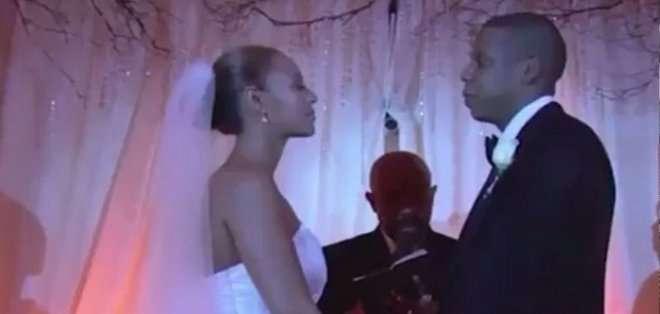 También quedó grabado el instante en el que Shawn Corey Carter, el verdadero nombre del músico, le pone el anillo a la sensual cantante.
