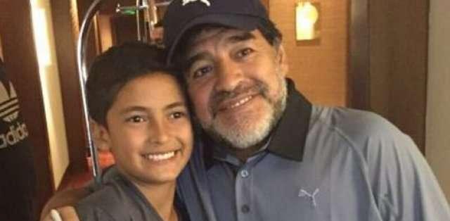 Maradona visitó al niño y firmó balones para él. Foto: Pasión Libertadores.