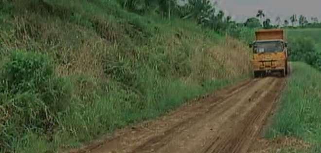ECUADOR. En este lugar son pocos los carreteros, la mayoría con caminos y eso dificulta sacar la producción. Fotos: captura.