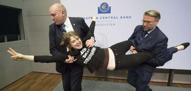 ALEMANIA.- Femen reivindica la protesta contra Draghi a través de su sitio web. Fotos: Huffington Post