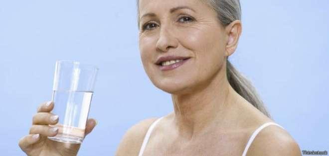 Los expertos hacen hincapié en la importancia de beber agua en ayunas.