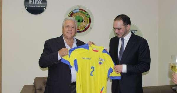"""Chiriboga entregó una camiseta de la """"Tri"""" al candidato a la presidencia de la FIFA."""
