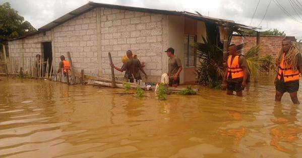 HUAQUILLAS, Ecuador.- El agua alcanzó los dos metros de altura y algunas personas nadaban para cruzar sus productos. Fotos: Twitter