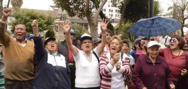 QUITO, Ecuador.- Los representantes de la Federación de Jubilados entregaron un documento con sus propuestas. Fotos: API