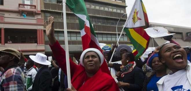 Un grupo de personas participa en una marcha pacífica convocada para rechazar los ataques xenófobos. Foto: EFE.