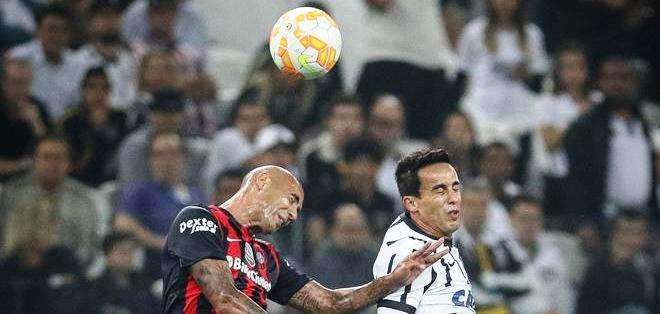 Dos jugadores en la disputa de la pelota (Foto: EFE)