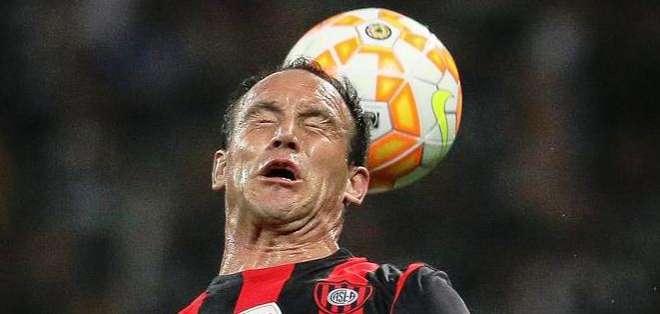 Mauro Matos, salta por una pelota (Foto: EFE)