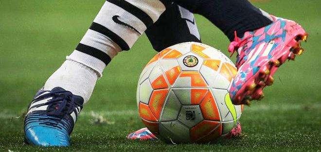 El balón, en medio de dos jugadores (Foto: EFE)