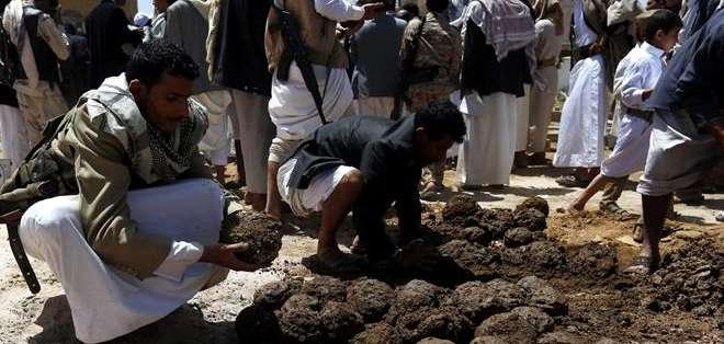 Seguidores del movimiento de los hutíes preparan tierra durante el entierro de varios hutíes fallecidos. Foto: EFE.