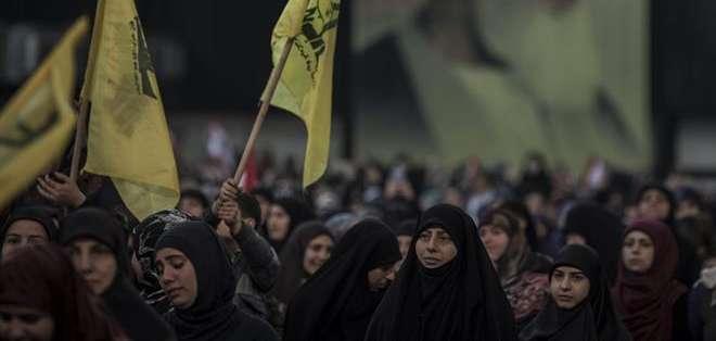 Varias mujeres, simpatizantes del grupo chií libanés Hizbulá, escuchan el discurso televisado del líder de Hizbulá. Foto: EFE.