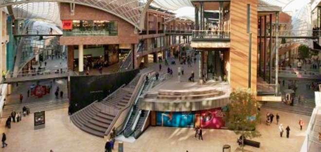 EE.UU.- Su primer centro comercial se erigió en Flint (Michigan), donde innovó al colocar las tiendas al fondo de la parcela disponible. Foto: Univisión