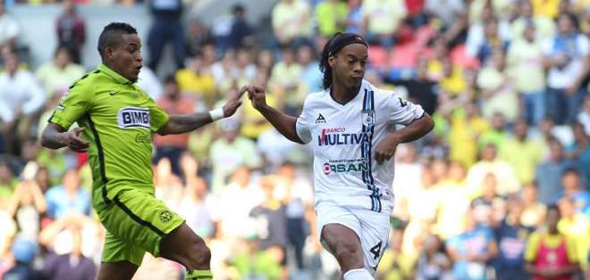 Ronaldinho en accióin ante Arroyo. Foto: EFE.