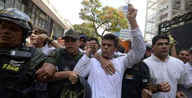 Momento en que Leopoldo López fue detenido, en febrero del 2014. Foto AFP (Archivo).