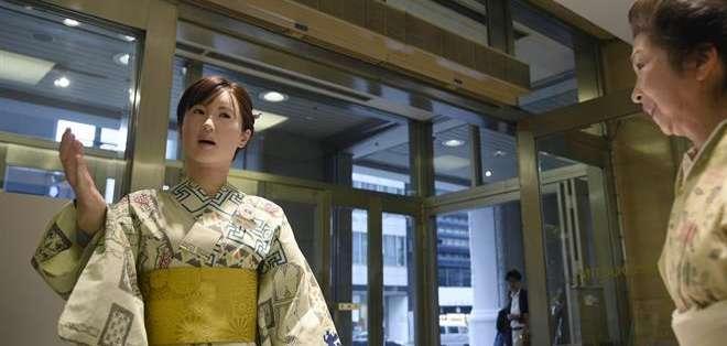 JAPÓN, TOKIO.- Un androide hiperrealista es la nueva recepcionista de los famosos almacenes Mitsukoshi. Fotos: EFE