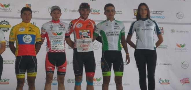 Jonathan Caicedo (amarillo, azul y rojo) con los primeros de la carrera (Foto: Zonamatxin.es)