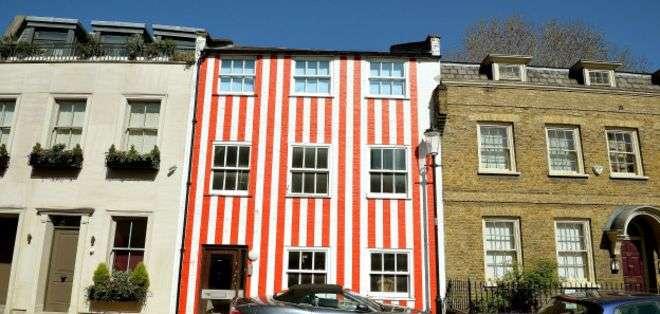La casa de las rayas rojas es única en el lujoso vecindario de Kensington.