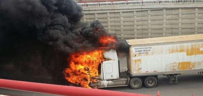 MÉXICO.- Tras la captura del narcotraficante, sicarios bloquearon los accesos viales a Altamira y Madero. Fotos: Twitter Carlos Zúñiga Pérez y Carlos Loret de Mola.