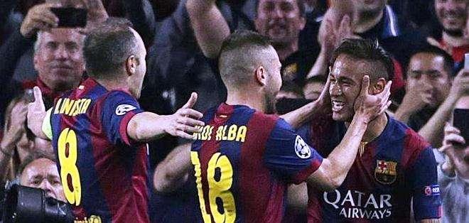 Iniesta (izquierda) se suma a la celebración con Neymar (Foto: EFE)