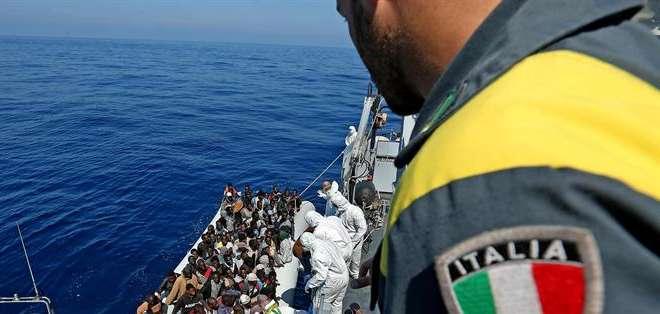 ITALIA.- Según estas cifras, solo hoy desembarcaron en puertos italianos 1.103 inmigrantes. Fotos: EFE y El Mundo