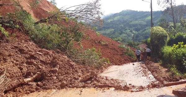 La situación en las calles mantiene el riesgo de que colapsen ocho viviendas. Foto: Gobernación de El Oro.