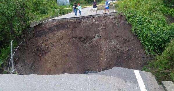 La fuerte lluvia provocó la crecida de una quebrada que destruyó la alcantarilla, provocando daños a la vía que conecta a los cantones de Quilanga, Calvas y Espíndola.