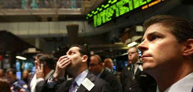 Autoridades de Estados Unidos acusan a Navinder Singh Sarao de realizar transacciones electrónicas fradulentas, que provocaron la caída de Wall Street en el 2010 y le dejaron ganancias a él por más de US$880.000,00 en un día.