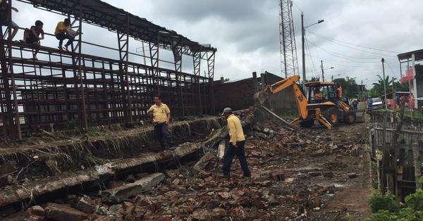 Los pobladores de la zona más afectadas indican que una gran ola tumbó sus viviendas. Foto: MIES.