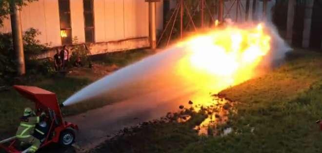 Jóvenes rusos han realizado un experimento en el que enfrentan un chorro de agua con un llamarada.