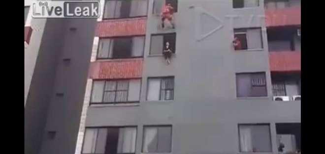 Un bombero salvó la vida de una mujer que trataba de quitarse la vida saltando desde un edificio.